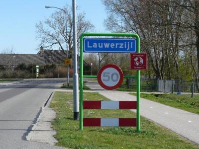 Lauwerzijl is een dorp in de gemeente Westerkwartier. Oorspronkelijk viel het dorp onder de gemeente Oldehove. (© H.W. Fluks)