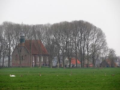 Gezicht vanaf het Aduarderdiep op kerk, kerkhof en kosterij van Leegkerk. (© Harry Perton / https://groninganus.wordpress.com)