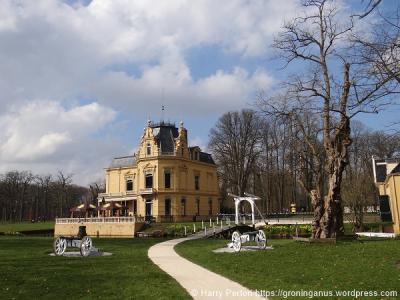 Leek is vooral bekend van het prachtige Landgoed Nienoord, met o.a. (op de foto) het Borg- en Rijtuigmuseum Nienoord (© Harry Perton/https://groninganus.wordpress.com)