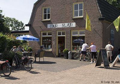 De coöperatieve dorpswinkel St. Jan is al 100 jaar het bruisende hart van Leenderstrijp. Ze hebben er o.a. heerlijke en gezonde streekproducten op het gebied van eten en drinken.