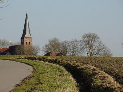 De kerktoren van Leens van dichtbij (© Harry Perton / https://groninganus.wordpress.com/2021/02/21/rondje-kloosterburen)