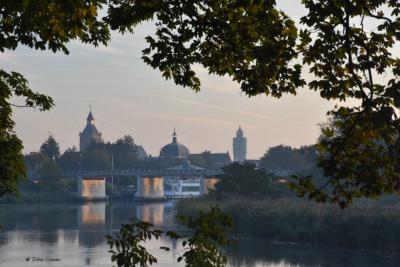 Leerdam met vier 'iconen' van de stad bij elkaar op een foto: v.l.n.r. de Grote Kerk, het Hofje van Mevrouw van Aerden en de watertoren, en op de voorgrond de Lingebrug met de verlichte gedichten op de pijlers. (© John Oomen/www.facebook.com/john.oomen.9)