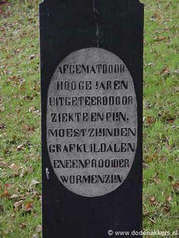 """Op het kerkhof van Leermens is het een tijd in zwang geweest om met poëtische teksten afscheid te nemen van je dierbare. Bijv. deze: """"Afgemat door hooge jaren, uitgeteerd door ziekte en pijn, moest zij in den grafkuil dalen, en een prooi der wormen zijn""""."""