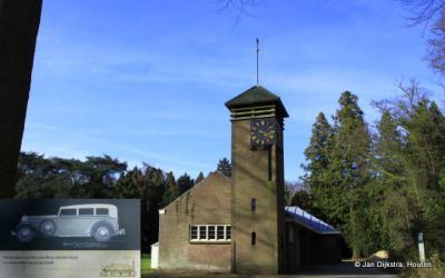 Doorn, dit lijkt gezien de klokkentoren een kerkje, maar het is de garage van ex-keizer Wilhelm II op het landgoed van Huis Doorn. De inzet heeft betrekking op zijn favoriete auto, de Mercedes-Benz 770 K Pullman cabriolet F uit 1930.