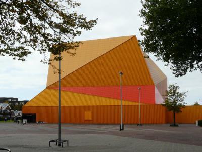 De afgelopen jaren is het centrum van Lelystad drastisch vernieuwd door vooraanstaande architecten. Zo heeft architect Ben van Berkel met het diamantvormige Agoratheater een spraakmakend gebouw neergezet. (© H.W. Fluks)