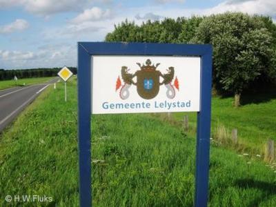 Handig dat de gemeente Lelystad niet alleen borden heeft geplaatst bij de kern, maar ook aan de rand van de gemeente, want die is met een oppervlakte van 231 km2 vele malen groter dan alleen de stad en het is wel handig als je dat ook bordmatig kunt zien.