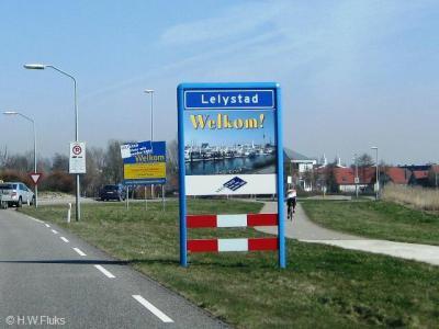 En zo ziet het plaatsnaambord er 40 jaar later uit. Dit laat aan duidelijkheid niets te wensen over: in Lelystad ben je wel héél erg welkom, als ze dat zo kort na elkaar twee keer laten weten...