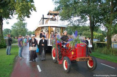Tijdens het 2-jaarlijkse Lemels Feest is er altijd een grote optocht waaraan 18 buurten meedoen. Hier buurtvereniging Statum tijdens de optocht 2011, die met haar prachtige Mississippi Queen raderboot de 2e prijs heeft gewonnen.