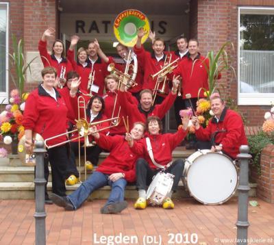 Dweilorkest Lavasjkierie zet de buurtschap Lemselo internationaal op de kaart! Op de foto het orkest bij een optreden in 2010 in het Duitse Legden.