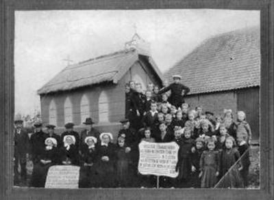 In 1924 krijgt de buurtschap Lennisheuvel zijn eerste schooltje. Op de foto demonstreren de inwoners met een maquette van een kerk en tekstborden met leuzen voor een eigen kerk. Deze komt in 1926 gereed, waardoor Lennisheuvel een volwaardig dorp wordt.