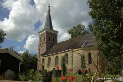 Het mooie Catharinakerkje uit de 14e eeuw van Leons, gezien vanuit het noorden