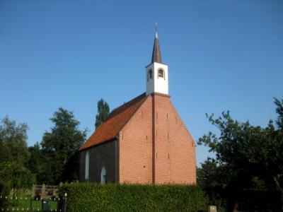Een piepklein dorpje heeft natuurlijk ook maar een piepklein kerkje. De kerk van Lettelbert dateert in ieder geval uit de 14e en misschien zelfs wel uit de 13e eeuw en is al sinds 1977 in goede handen bij de Stichting Oude Groninger Kerken. (© H.W. Fluks)