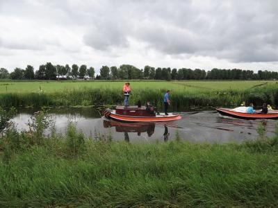 Waterscoutinggroep De Bevers op het Hoendiep, op weg naar hun thuishaven bij Lettelbert. (© Harry Perton / https://groninganus.wordpress.com/2019/07/06/ommetje-eiteweert-den-horn)