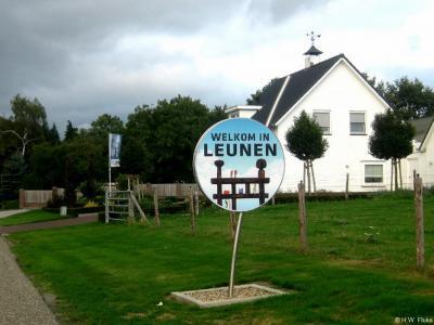Leunen is een dorp in de provincie Limburg, in de regio Noord-Limburg, gemeente Venray. Naast de gebruikelijke plaatsnaamborden heten de inwoners je met deze fraaie borden welkom in hun dorp.