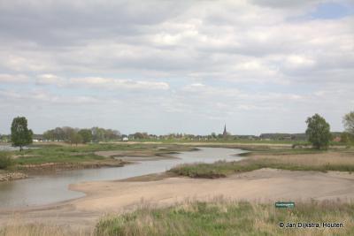 Lexmond, gelegen aan de rivier de Lek en zijn uiterwaarden met nevengeulen, gegraven in het kader van het project 'Ruimte voor de Rivier'.