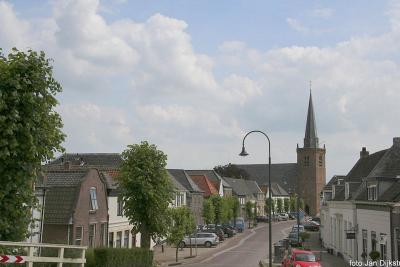 We zien het dorp Lexmond in de streek  Vijfheerenlanden, vanaf de Lekdijk