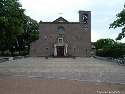 Buurtschap Lievelde wordt een dorp door de bouw van de RK Christus Koningkerk in 1954. In 2018 is bekend geworden dat door teruglopend kerkbezoek een aantal kerken in de regio, waaronder deze, uiterlijk in 2026 aan de eredienst zal worden onttrokken.