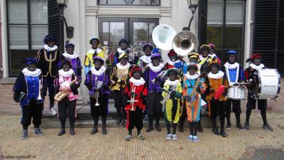Loenens Fanfarecorps Oud-Over heeft in 2015 het 100-jarig bestaan gevierd. In 2027 zijn ze gefuseerd met Muziekvereniging De Vecht uit Vreeland tot OrVeO ('Orkest Vecht en Omstreken'). Op de foto het korps tijdens de intocht van Sinterklaas in 2013.