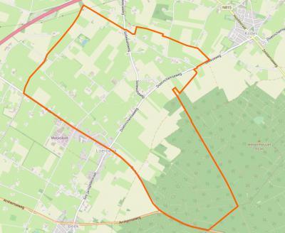 Het gebied binnen de oranje lijn is het postcodegebied van het dorp Loerbeek. Duidelijk te zien is dat dankzij het postcode'boek' de Z helft van het dorp 'postaal is geamputeerd'. Hoe dat zit lichten we toe onder het kopje Status. (© OpenStreetMap)