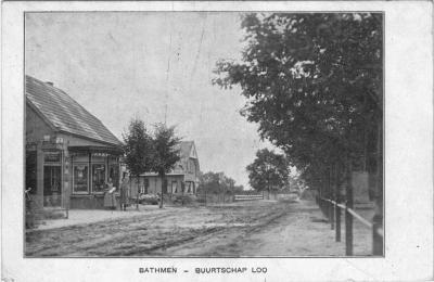 Ansichtkaart van buurtschap Loo bij Bathmen, met o.a. bakkerij Smijs. De kaart is afgestempeld in 1939, maar dateert o.i. uit ca. 1910, gezien de 'look and feel'. En de weg was toen nog niet verhard.