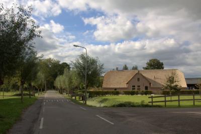 Loosdorp, monumentale, recent gerestaureerde boerderij. Het nieuwe rieten dak kan er weer enkele decennia tegen. (© Jan Dijkstra, Houten)