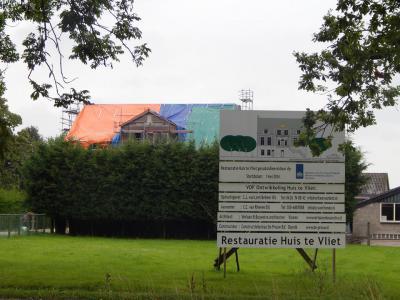 Het imposante Huis te Vliet, dat in zijn huidige gedaante grotendeels uit 1815 dateert, is sinds mei 2014 in restauratie