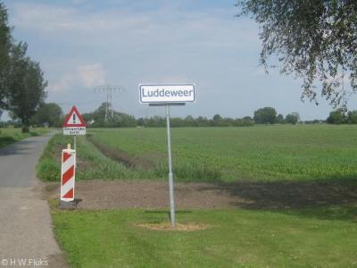 Luddeweer is als enige formele woonplaats in de gemeente Slochteren zo dunbebouwd dat het geen 'bebouwde kom' heeft en daarom witte plaatsnaamborden heeft i.p.v. blauwe komborden.