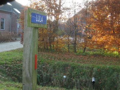 Dit is een nieuwere versie van het plaatsnaambordje van buurtschap Lula, zoals het eruitzag tot vlak vóór de herindeling van 2018. (© H.W. Fluks)