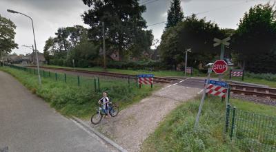 Vanwege de (ernstige) ongelukken die soms plaatsvinden op onbewaakte spoorwegovervangen, gaat ProRail deze zo veel als redelijkerwijs mogelijk sluiten. Zoals deze aan de Poelakkerweg in Lunteren, waar slechts 75 meter verderop een bewaakte overgang ligt.