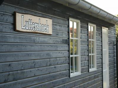 En als je dat weet, en je rijdt of wandelt door Lutjewinkel en je ziet dit gebouw, dan is het ook duidelijk dat de Luttershoek het clubgebouw van Dorpsvereniging De Lutters is.