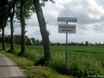 De wegen in Lutke Saaxum zijn zo smal, dat auto's elkaar vroeger niet konden passeren zonder in de berm te geraken. Tegenwoordig zijn er gelukkig passeerstroken aangelegd.