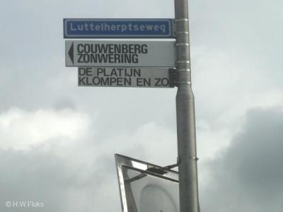 De buurtschap Luttelherpt heeft geen plaatsnaamborden, zodat je alleen aan het straatnaambordje Luttelherptseweg kunt zien dat je in de buurtschap bent aangekomen.