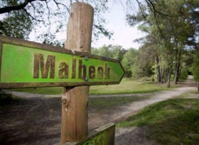 Curieus is dat in de omgeving een richtingbordje staat met de spelling Malbeek, want zo heeft de plaats nooit geheten. Het was vanouds immers Malbeck, en tegenwoordig Maalbeek. De spelling Malbeek is dus half Duits, half Nederlands zou je kunnen zeggen.