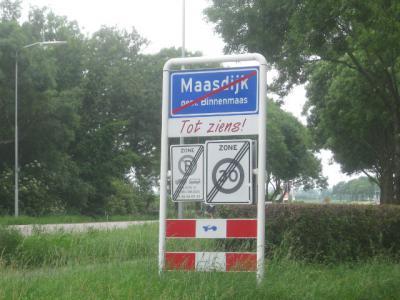 Voor 2013 had Maasdijk witte plaatsnaamborden en viel het vermoedelijk onder de bebouwde kom van Mijnsheerenland. Maar het is wel een 'buitenbuurtje', dus om een of andere reden heeft men er in 2013 toch maar een apart bebouwde kommetje van gemaakt.