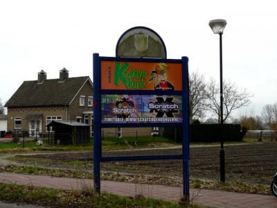 Alleen tijdens carnaval worden de plaatsnaamborden van Maaskantje door de carnavalsvereniging nog even verwijderd, om tijdelijk vervangen te worden door de carnavalsnaam van het dorp; Krabberdonk. (© H.W. Fluks)