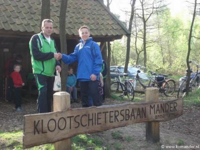 Ook de in 1826 opgerichte Klootschietersvereniging Mander vervult een belangrijke sociale functie in de buurtschap. Het is een van de grootste verenigingen op dit gebied. Op de foto wordt (in 2014) het 100ste lid, Geert Booijink, welkom geheten.
