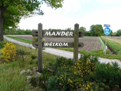 Blijkens een opschrift op dit bord hebben de inwoners in 2011 opnieuw dit plaatsnaambord vervaardigd. (© H.W. Fluks)