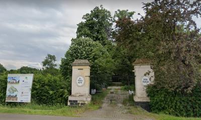 Villa La Petite Suisse in buurtschap Mariënwaard was later bekend als Dr. Poelsoord en tegenwoordig als Villa Kanjel. Beide namen staan op de pijlers van het toegangshek.