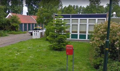 In het kleine dorpje Markenbinnen zijn natuurlijk ook de voorzieningen naar rato klein. Zo is er een klein kerkje, was er een klein schooltje, waar vermoedelijk nu het kleine buurthuisje in zit (foto) en er is zelfs een klein brievenbusje! (© Google)