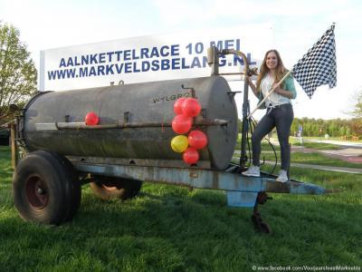 Onderdeel van het voorjaarsfeest in Markvelde is de Aalnkettelrace. Als je geen idee hebt wat dat is (dat hadden wij ook niet): zie de link in de tekst onder Jaarlijkse evenementen. Het is een soort mud run voor tractoren, zou je kunnen zeggen.