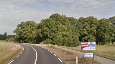 Als je aan het begin van de N740 aan de westkant (Deldenseweg) de Buurserbeek oversteekt, word je welkom geheten in buurtschap Markvelde én provincie Overijssel, omdat die beek hier namelijk de grens vormt met de provincie Gelderland aan de oostkant.
