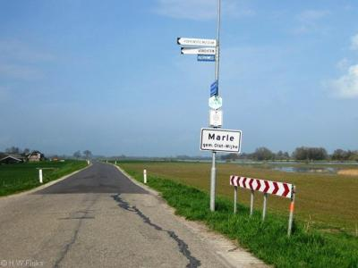 De buurtschap Marle is te dunbebouwd voor een 'bebouwde kom' en heeft daarom witte plaatsnaamborden i.p.v. blauwe. Het is de enige kern van de voormalige gemeente Wijhe die aan de Gelderse kant van de IJssel ligt.