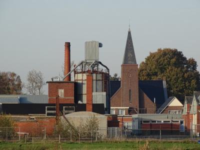 De voorheen Gereformeerde Kruiskerk in Marum heet tegenwoordig (PKN) Ontmoetingskerk. Trappenfabriek Synwood met de oude fabrieksschoorsteen lijkt aan de kerk te grenzen, maar in werkelijkhid zit de Kruisweg met een oprijlaan naar de kerk daar nog tussen.