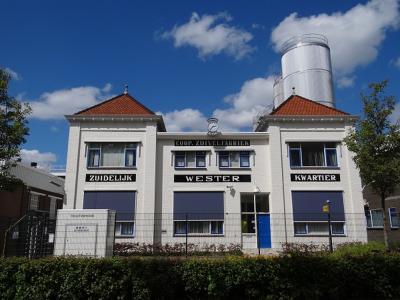 De zuivelfabriek in Marum zal in de loop der jaren ongetwijfeld vele malen gemoderniseerd en uitgebreid zijn, maar het kantoor uit 1918 is gelukkig intact gebleven. (© Harry Perton /  https://groninganus.wordpress.com/2020/05/05/rondje-marum-3)
