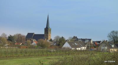 Het dorp Maurik, mooi gelegen onderaan de Rijnbandijk