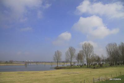 Het reusachtige recreatiegebied Eiland van Maurik, gezien vanaf de Rijnbandijk