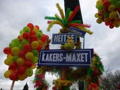 Tijdens de carnavalsoptocht van 2016 in Heythuysen laat Carnavalsvereniging De Kakers zien waar ze vandaan komen: buurtschap Maxet, die deels onder Heitse, deels onder Leivere valt (voor de Ollanders: Heythuysen en Leveroy). (© www.cvdekakers.nl)