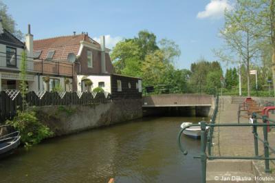 In Meerkerk komt de Oude Zederik bij de brug in de Tolstraat uit in het Merwedekanaal