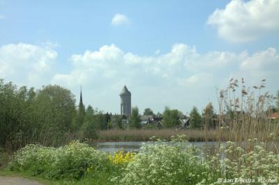 Dit noemt men tegenwoordig een landmark: een object dat al van verre te zien is en kenmerkend is voor een bepaalde plaats. In dit geval de watertoren van Meerkerk, gezien vanaf de Zederikkade.