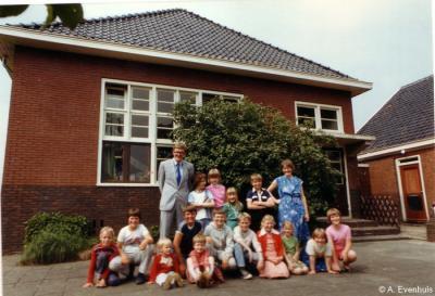 Meerland, de laatste schoolklas (1983-1984) van de sinds 1980 nog éénmansschool van meester en directeur Aaldrik Evenhuis. De school is dan al enkele jaren de kleinste school in de provincie Groningen.